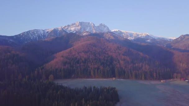 Inspirující horská krajina Panorama z velmi pomalého létání Drone, krásný východ slunce s horským hřebenem přes modrou oblohu