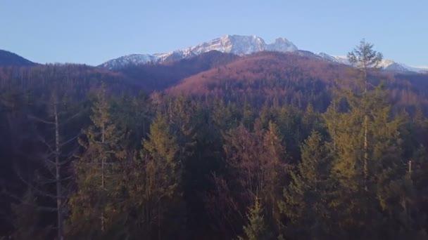 Inspirující horská krajina Panorama z pomalého létání dron, krásný východ slunce s horským hřebenem přes modrou oblohu