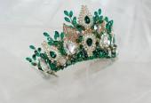 Fotografie beautiful crown of queen with green jewel of precious stones