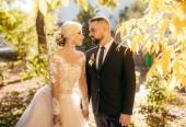 Nevěsta a ženich na jejich svatební den v parku