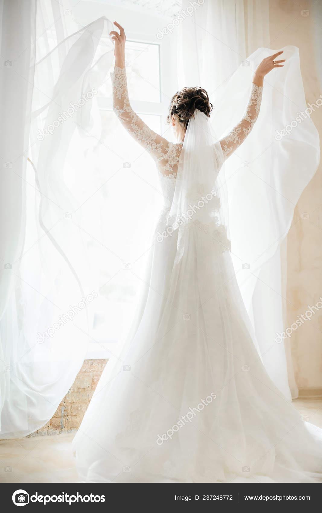 1da5b0e7287e433 Красивая молодая невеста в белом свадебном платье позирует — Фото автора ...