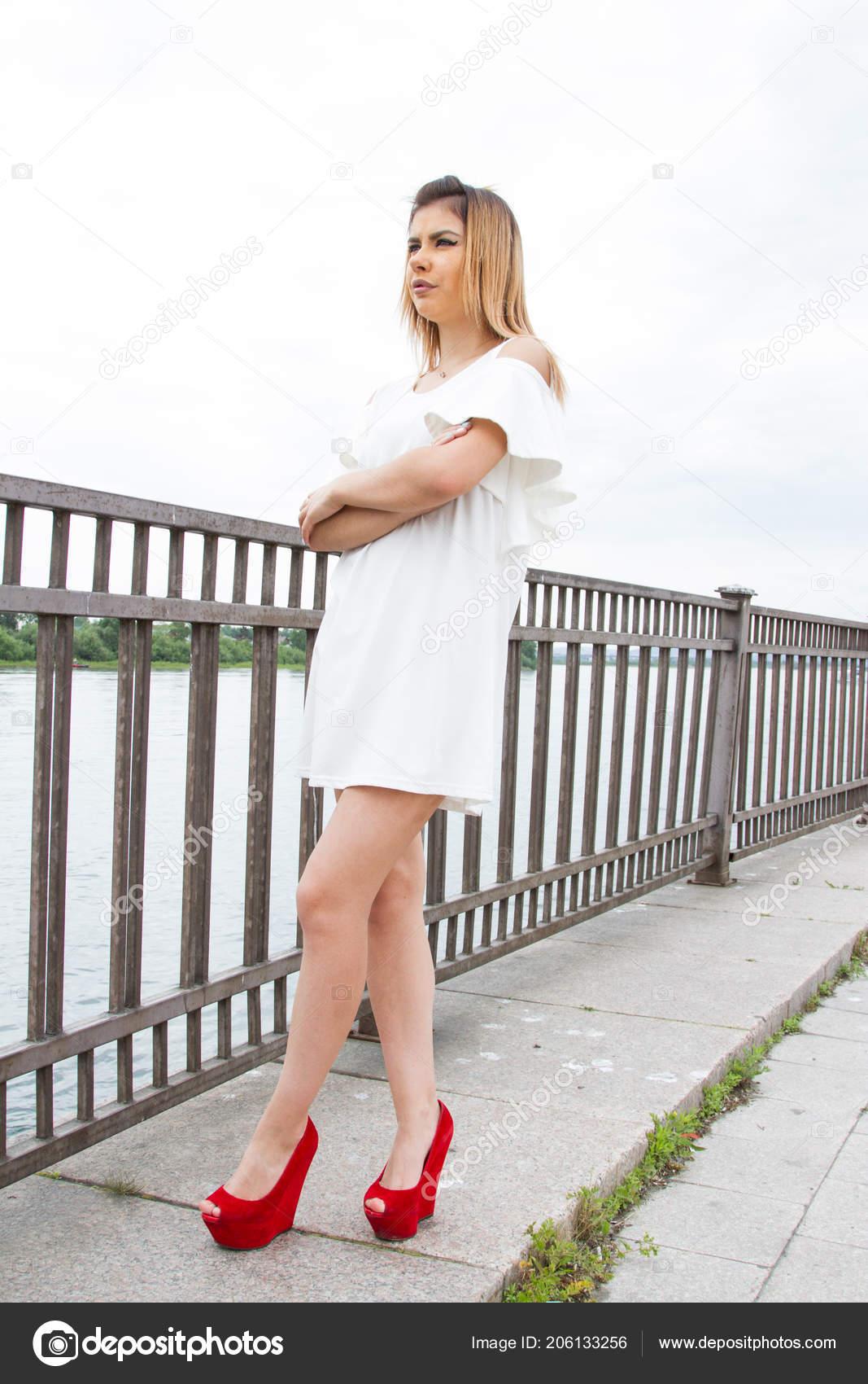 1a391d80bbd8 Dívka Krátkých Bílých Šatech Stojí Nábřeží Ploty — Stock Fotografie ...