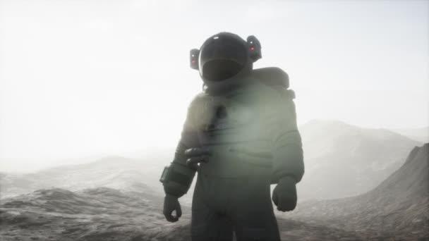 Astronaut auf einem anderen Planeten mit Staub und Nebel