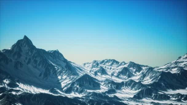 Letecký pohled na Alpy ve sněhu