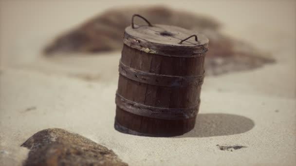alter Holzkorb auf dem Sand am Strand