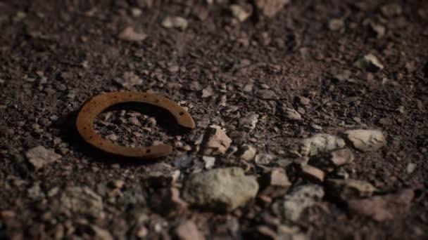 egy öreg rozsdás fém patkó.