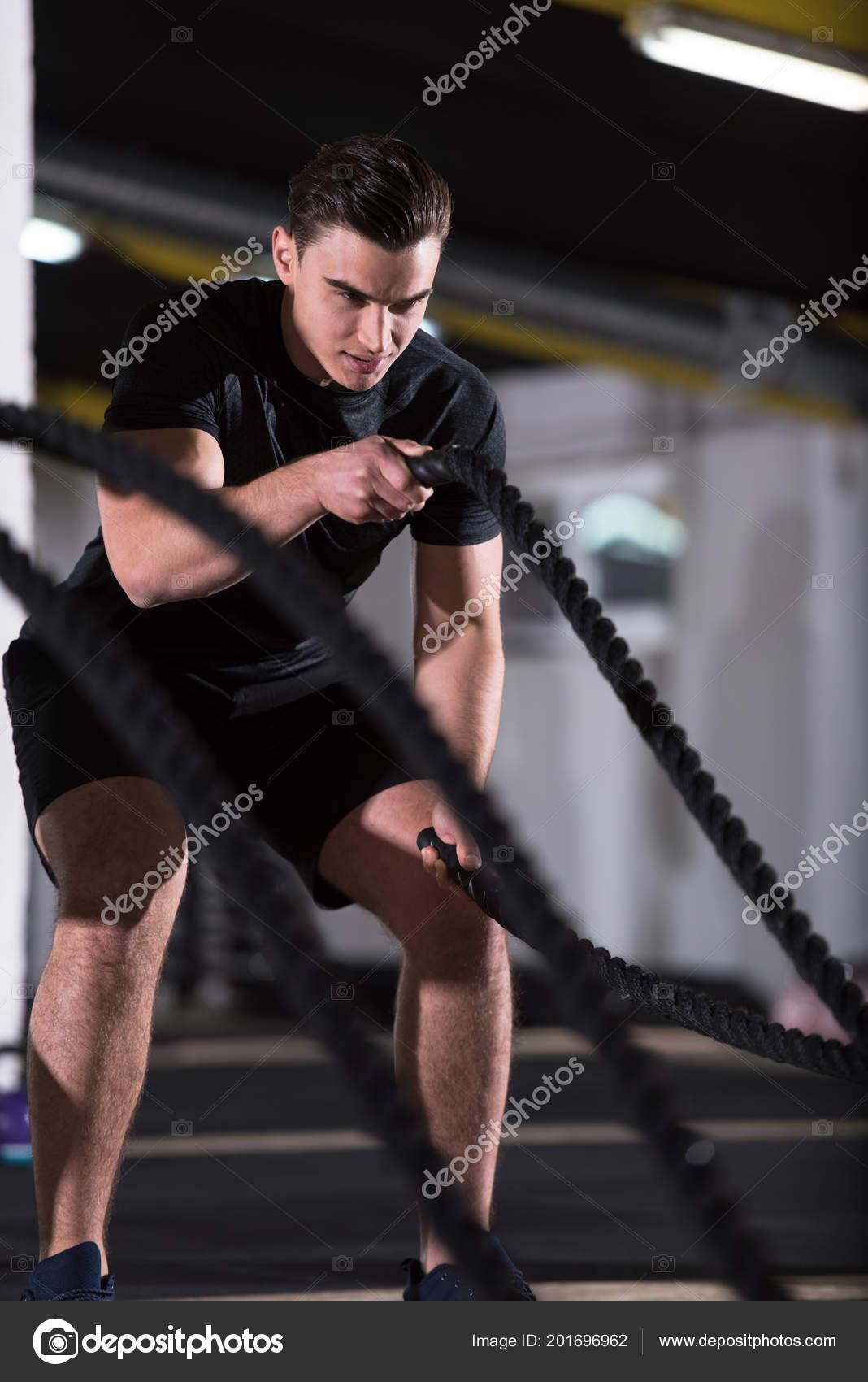 Junge Sportler Fit Mann Funktionstraining Fitnessraum Tun Kampf ...