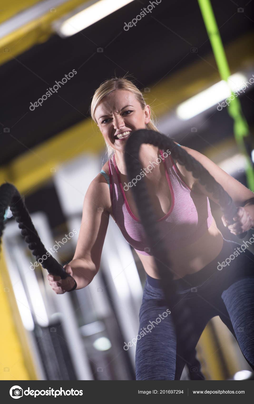 Junge Sportler Fit Frau Funktionstraining Fitnessraum Tun Kampf ...