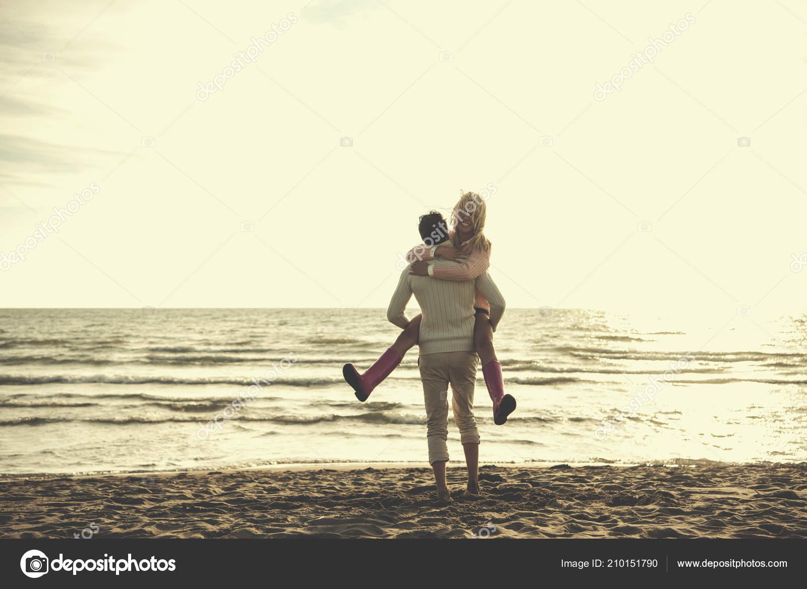 637dc82ae23 Pareja Joven Bien Caminar Abrazos Playa Durante Filtro Día Soleado — Foto  de Stock