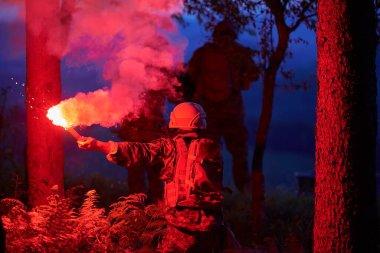 Askerler gece görevi militer konsepti üzerinde çalışıyor.