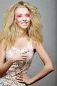 šťastné blond s růžovým make-upu