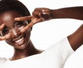 Afrikai amerikai nő mosolyog néz a kamerába mutató ujjak csinál győzelem jele