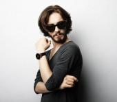 Moda uomo occhiali da sole alla moda su priorità bassa bianca