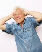 Fotografia concetto di stile di vita, salute e persone: uomo maggiore che ha mal di testa