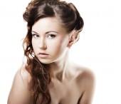 Tvář sexy krásné mladé ženy s čistou kůží na bílé