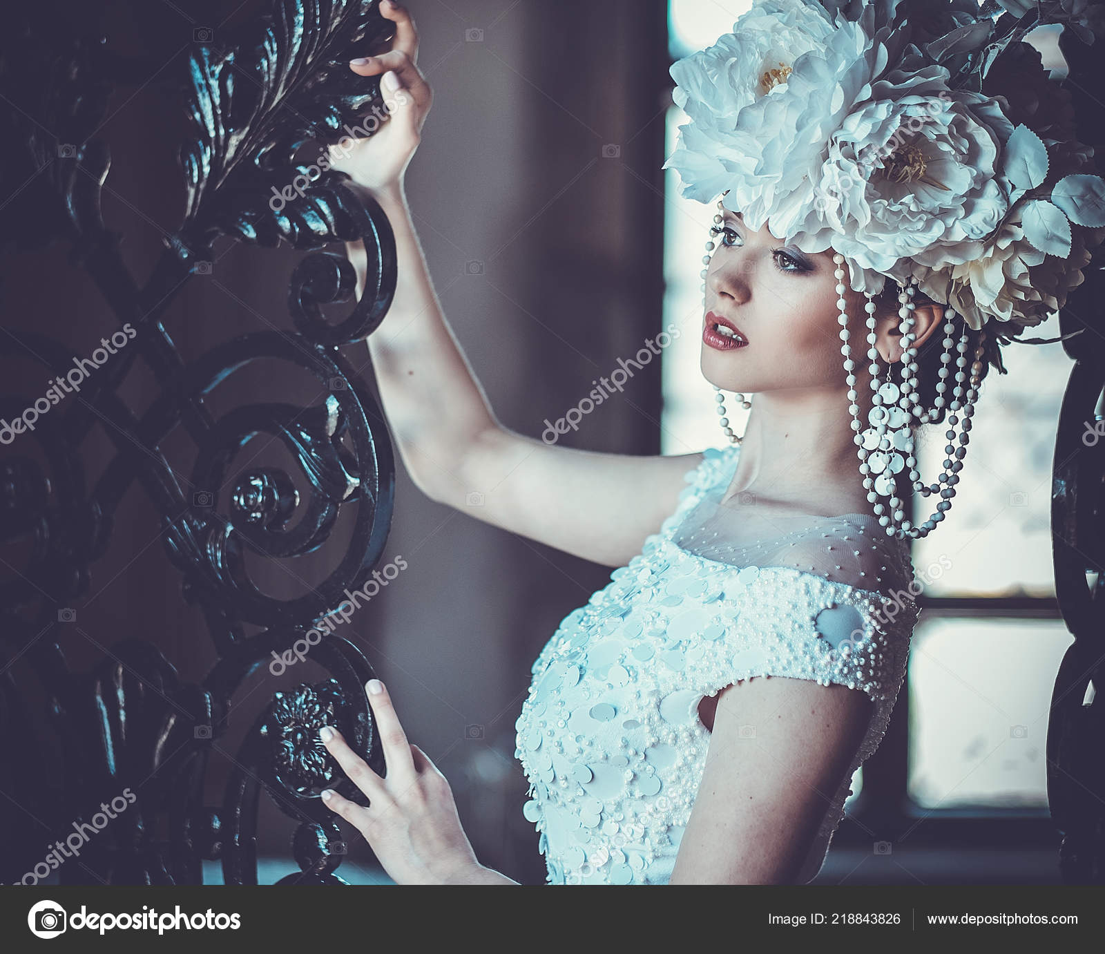 d3809ec3d8c Elegantní svatební šaty a korunka. Nádherná mladá žena. Nabídka nevěsta v  luxusním paláci– stock obrázky