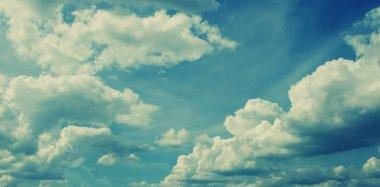 Mavi gökyüzünde beyaz kabarık bulutlar