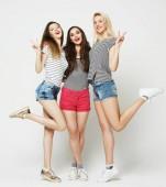 Tři dívky, usmíval se a baví.