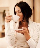 Fényképek női gazdaság egy bögre kávét