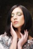 Porträt einer jungen schönen Frau mit kurzen dunklen Haaren