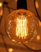 Deckenlampen auf dunklem Hintergrund im Geschäft