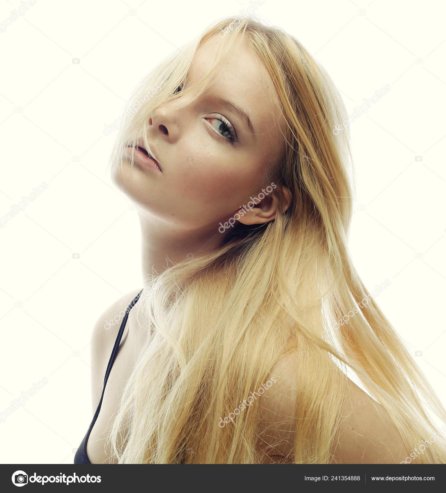 Bella donna con capelli biondi lunghi. Modello di moda che propone allo  studio — Foto di kanareva b67aaa7db84