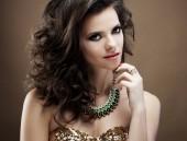móda, krása a pojetí lidí: krásná modelka s kudrnatými účesu, jasná make-up a šperky zblízka na portréty.