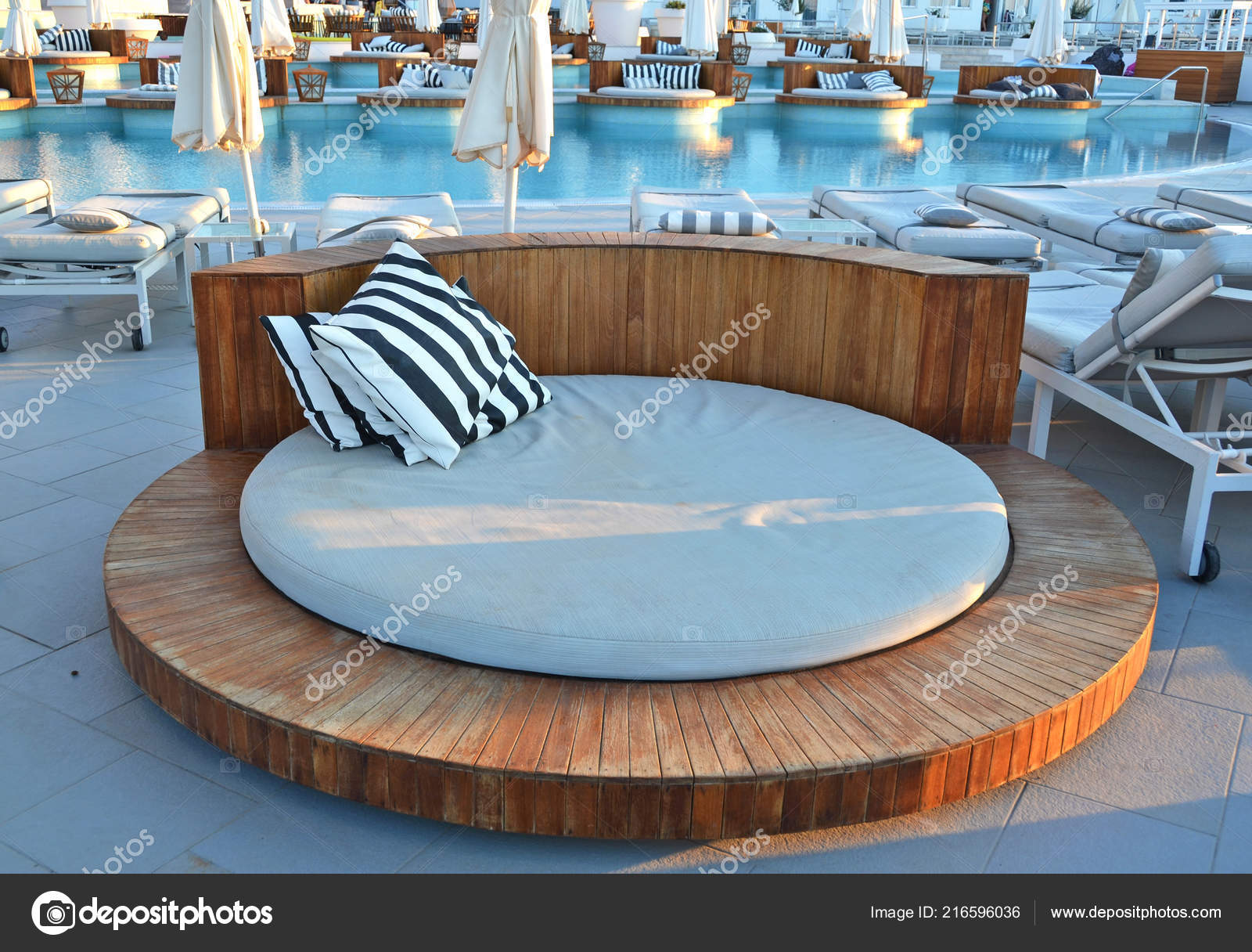 Trendige Pool Lounge Mit Chaise Lounges — Stockfoto ...