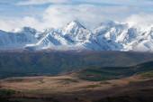 Fotografie Altaj. Pohled na horské údolí. Sněhem pokryté horské vrcholy, ledovce.