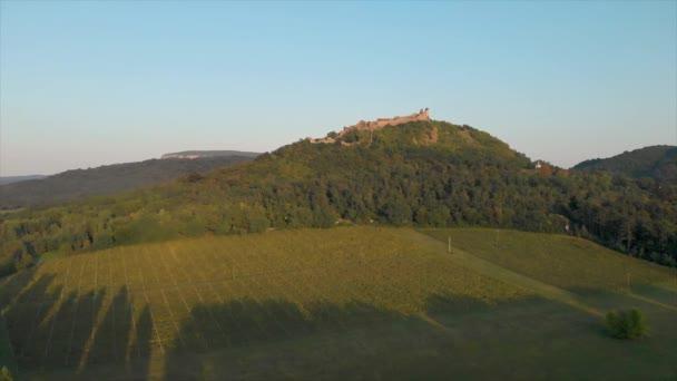 Drone felvételeket egy gyönyörű anciant kastély Magyarország Szigliget