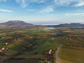 Drone légi kép a magyar táj, a Balaton közelében