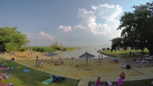Idő telik felvételeket egy strand egy Balatoni nyáron, Szigliget község. 08. 24. Magyarország 2018