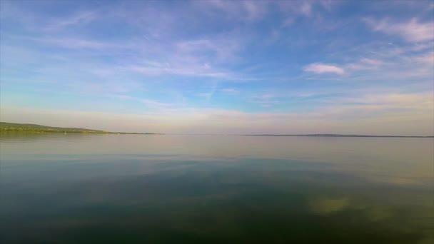 Nyugodt víz a Balatonon Magyarországon