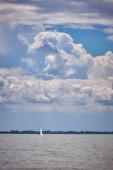 Pěkný cloudník nad Balatonem v Maďarsku