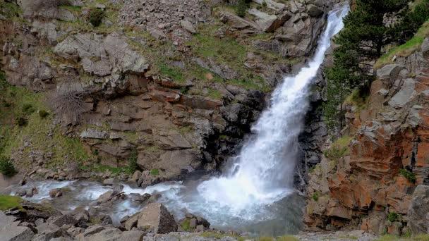 großer Wasserfall in den spanischen Pyrenäen, in der Nähe des Tals von Nuria