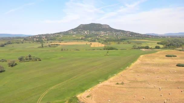Szénabálák a mezőn a betakarítás után drónnal, Magyarország a Balaton közelében.