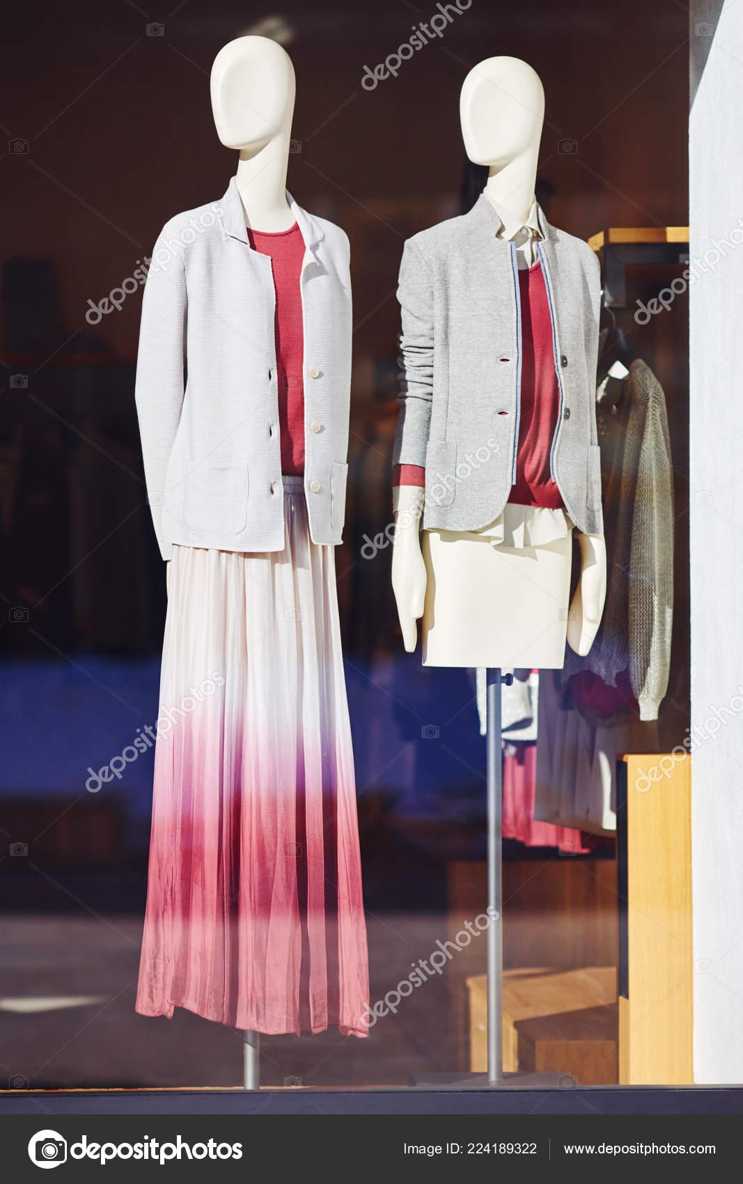 673d49e3ccc Maniquíes Tienda Escaparate Tienda Ropa Casual Para Mujer Centro Comercial  — Foto de Stock