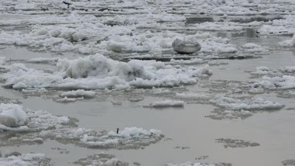 Risse auf dem sibirischen Fluss treibende Eisschollen,