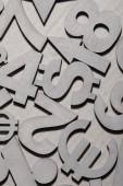 Fotografia Insieme di simboli di valuta e numeri dargento