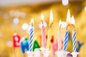 candele di compleanno colorati su sfondo doro