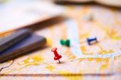 špendlíky označující cestovní trasy na mapě s cestovními pasy