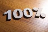 Fényképek 100 százalék kedvezmény jel a fából készült asztal, közelkép