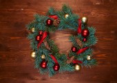 Photo christmas wreath with red and golden balls with pine cones