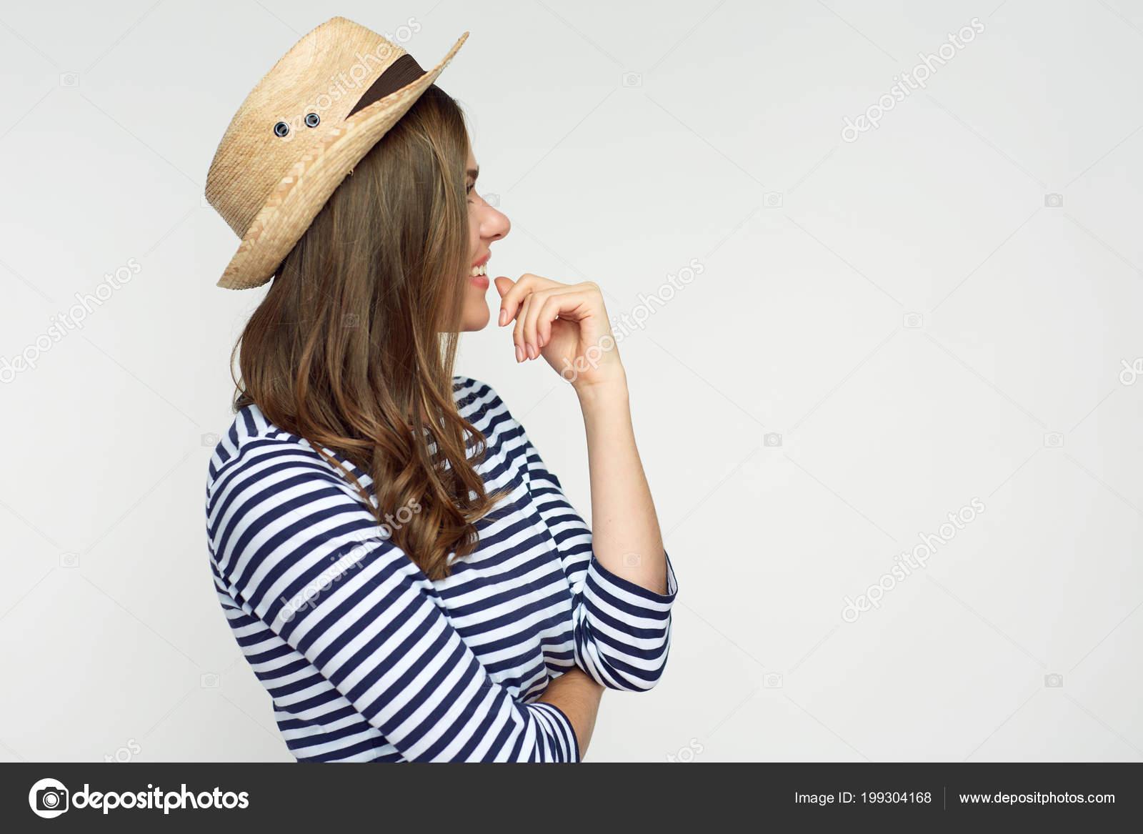 f05f14ff195 Profil portrét usmívající se žena nosí slaměný mexický klobouk izolovaných  na bílém pozadí– stock obrázky