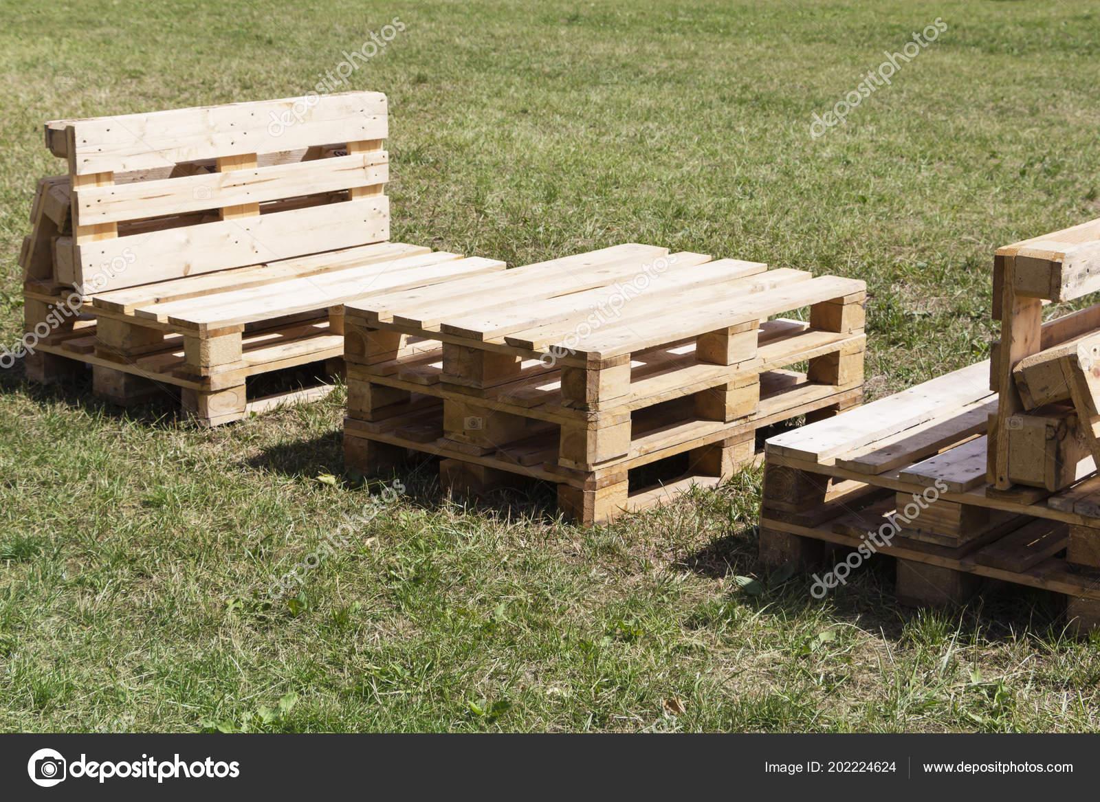 Houten Pallet Meubelen : Houten meubels gemaakt van pallets die permanent op het gras