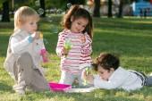 adorabili bambini poco trascorrere del tempo insieme nel parco