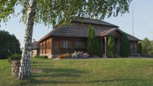 Haus in schöner Landschaft - Geburtsort von tadeusz kosciuszko - merechevshchina, in der Nähe von kossovo Stadt, Brest Region, Weißrussland. Birke im Vordergrund.