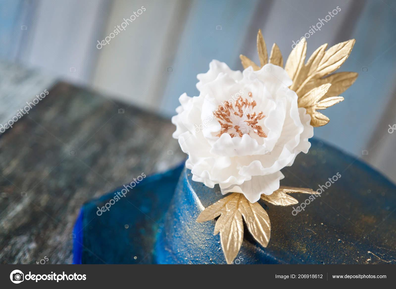 Blau Und Gold Hochzeitstorte Stockfoto C Gorchichko 206918612