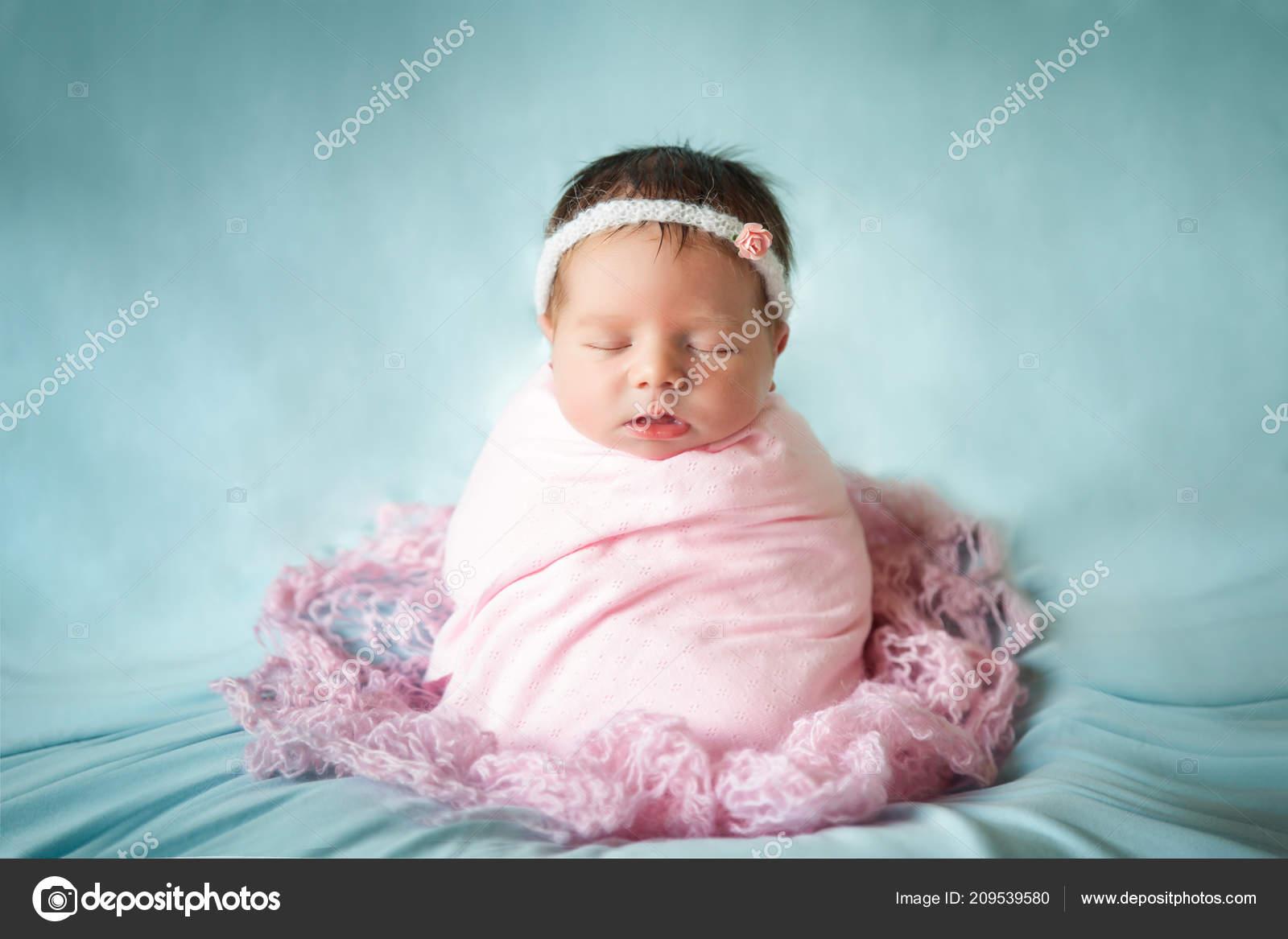 Bayi Perempuan Yang Baru Lahir Dengan Damai Tidur Dengan Pose Karung Kentang Stok Foto C Gorchichko 209539580