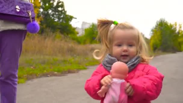 Roztomilá holčička walkin na podzim park